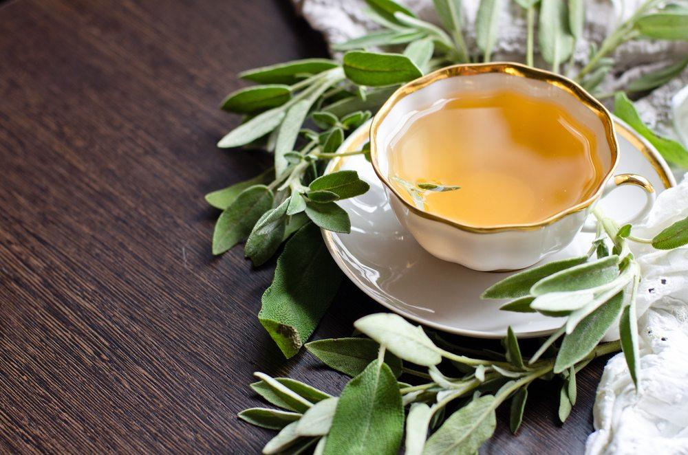 5 Ceaiuri care te pot ajuta sa te simti mai bine la menopauza